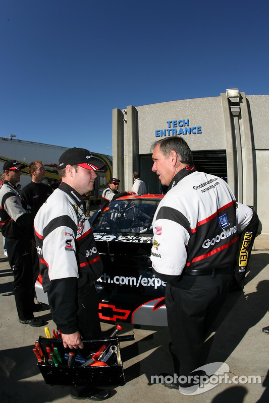 L'équipe GM Goodwrench Chevy à l'inspection