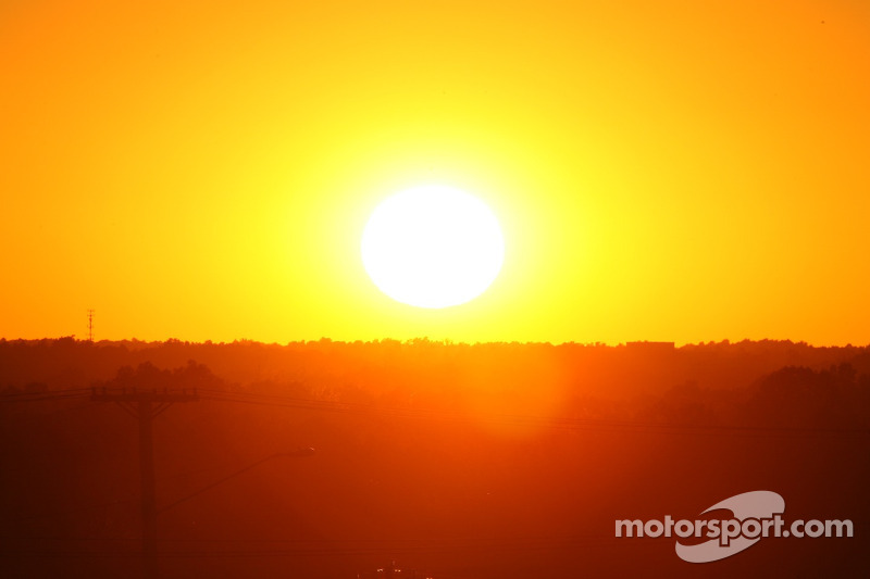 Le soleil se couche quelques minutes avant la course