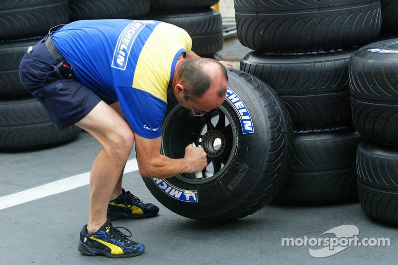 Un technicien de chez Michelin prépare des pneus pluie