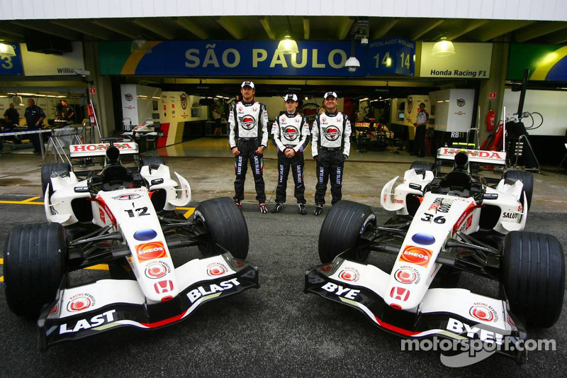 Shooting photo Honda Racing F1 : Jenson Button, Anthony Davidson et Rubens Barrichello avec une F1 à lalivrée spéciale Lucky Strike