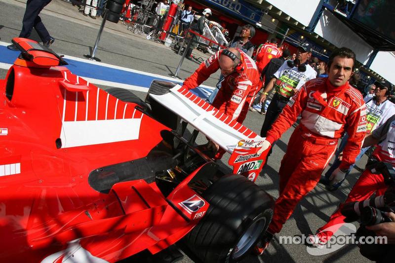 La Ferrari de Michael Schumacher poussée hors du garage pour inspection