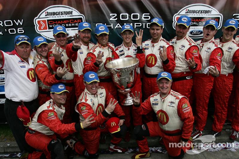 Le champion 2006 de Champ Car World Series Sébastien Bourdais célèbre son troisième titre consécutifavec son équipe