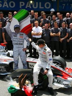 McLaren Mercedes team photo: Ron Dennis gives Kimi Raikkonen a leaving present