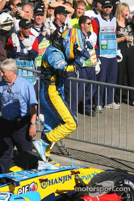 Чемпіон Ф1 2006 року Фернандо Алонсо святкує