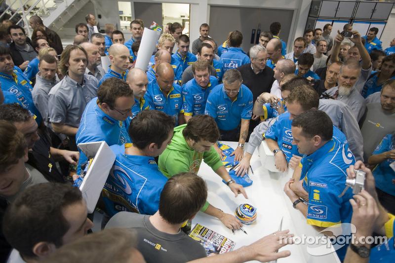 Le Champion du Monde 2006 de F1 Fernando Alonso remercie le Renault F1 Team à l'usine d'Enstone