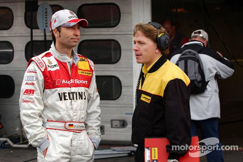 Heinz-Harald Frentzen parle à un ingénieur Dunlop