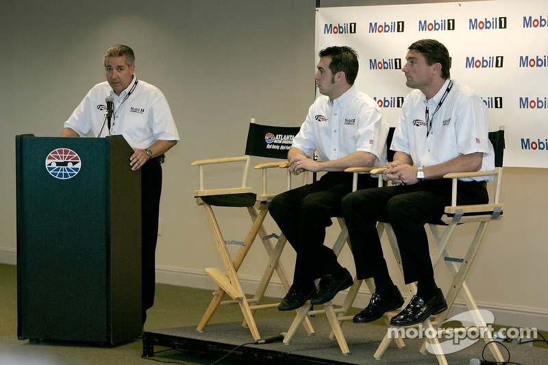 Conférence de presse : Sam Hornish Jr., Pat DiDomenicis, Motorsport Manager de la zone Amérique pourMobil Oil, et Tim Cindric, Président de Penske Performance Inc.