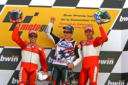 Podio: segundo lugar Loris Capirossi; campeón mundial de MotoGP 2006 Nicky Hayden y ganador de la ca