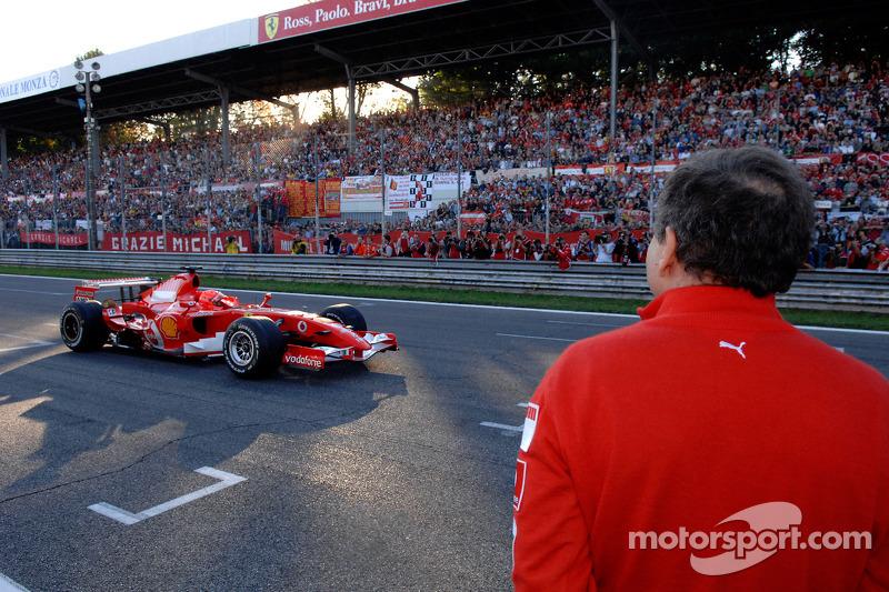 Jean Todt observe Michael Schumacher piloter