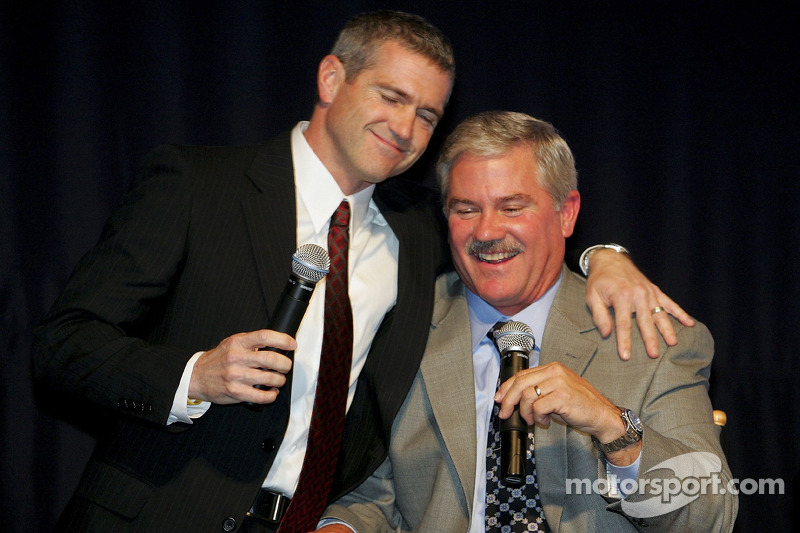 Bobby Labonte donne un câlin à son grand frère Terry Labonte