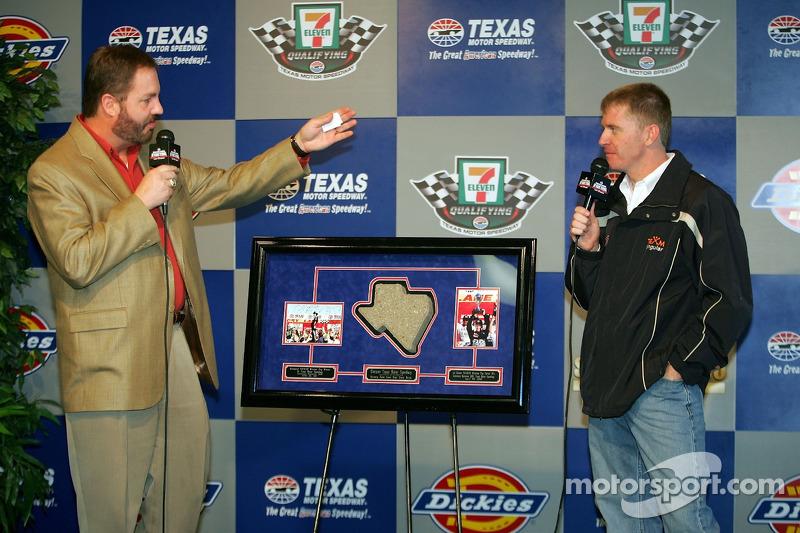 Le Président du Texas Motor Speedway Eddie Gossage présente Jeff Burton avec un souvenir duTexas Motor Speedway