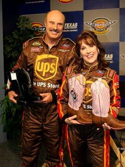 La vedette de TV Dr. Phil McGraw et sa femme Robin McGraw reçoivent chacun une paire de cow-boy Justincomme cadeau