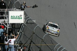 Checkered flag for #81 Synergy Racing Porsche GT3 Cup: Steve Johnson, Patrick Huisman, Richard Westbrook, Richard Lietz