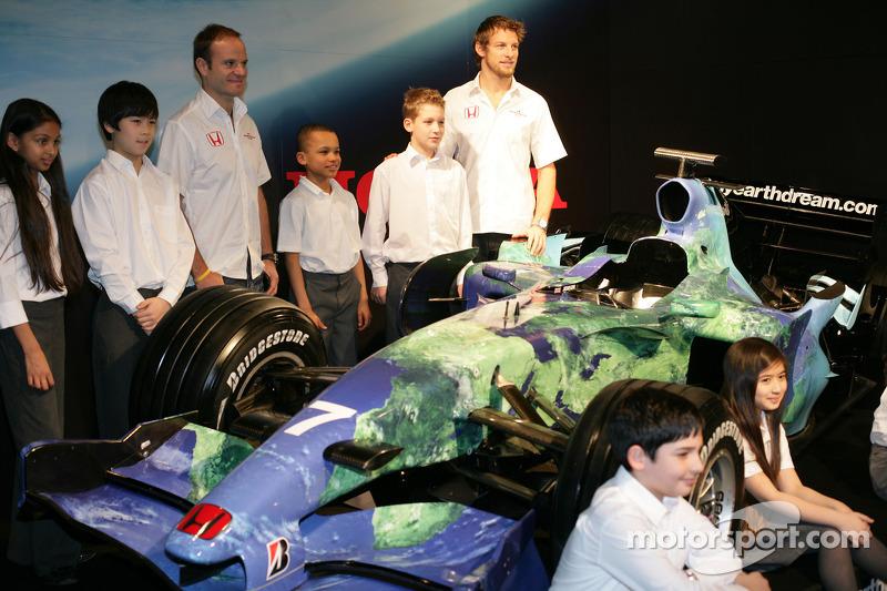 Дженсон Баттон і Рубенс Баррікелло з дітьми та презентації лівреї Honda F1 Racing RA107