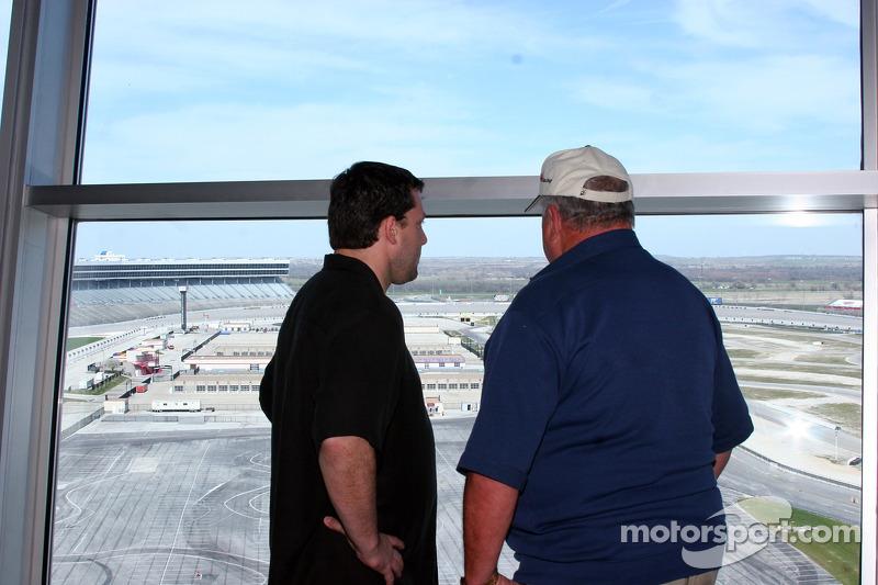 Tony Stewart et A.J. Foyt Jr. partage un moment privé sur le Texas Motor Speedway