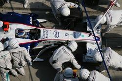 Nick Heidfeld, BMW Sauber F1 Team, F1.07 pitstop