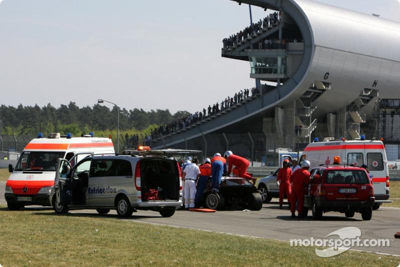 La voiture médicale aide Tom Kristensen à Hockenheim en 2007