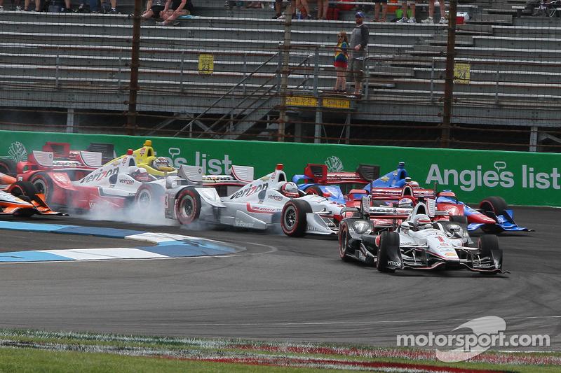 Startcrash um Helio Castroneves, Team Penske, Chevrolet; Scott Dixon, Chip Ganassi Racing, Chevrolet