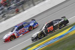 Joey Logano, Team Penske, Ford, und Martin Truex jr., Furniture Row Racing, Chevrolet