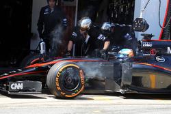 Fernando Alonso, McLaren MP4-30, se retira de la carrera