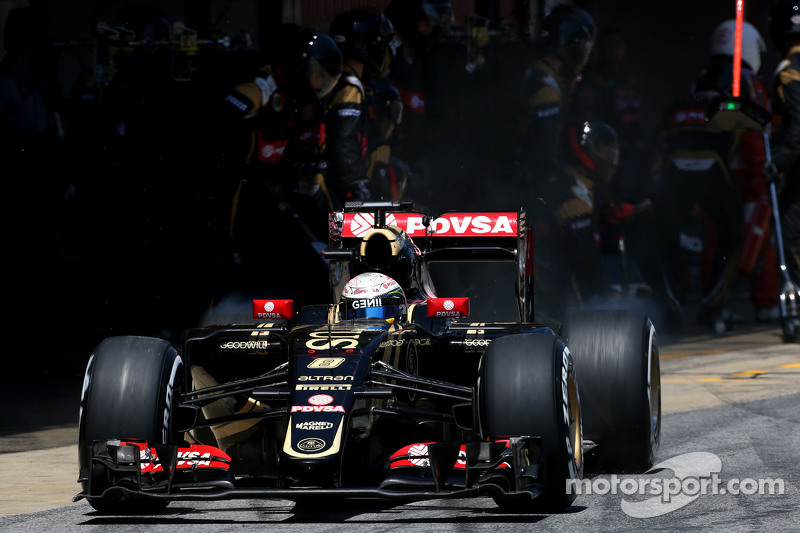 Romain Grosjean, Lotus F1 Team during pitstop
