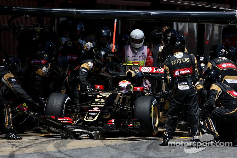 Pastor Maldonado, Lotus F1 Team during pitstop