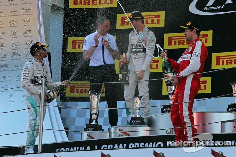 Podium: 2. Lewis Hamilton, Mercedes AMG F1; Tony Ross, Mercedes AMG F1, Renningenieur; 1. Nico Rosbe