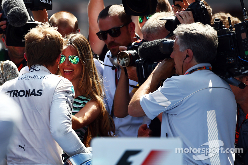 Race winner Nico Rosberg, Mercedes AMG F1 celebrates with his wife Vivian Rosberg, in parc ferme