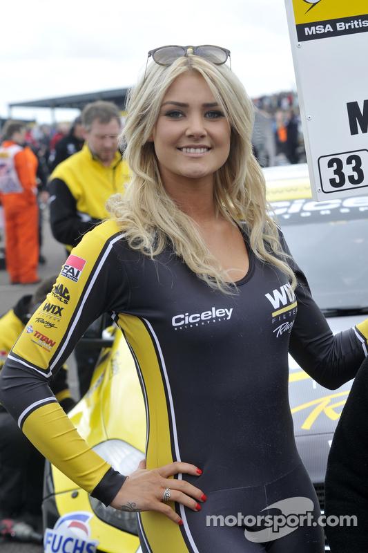 Una grid girl della Wix Racing