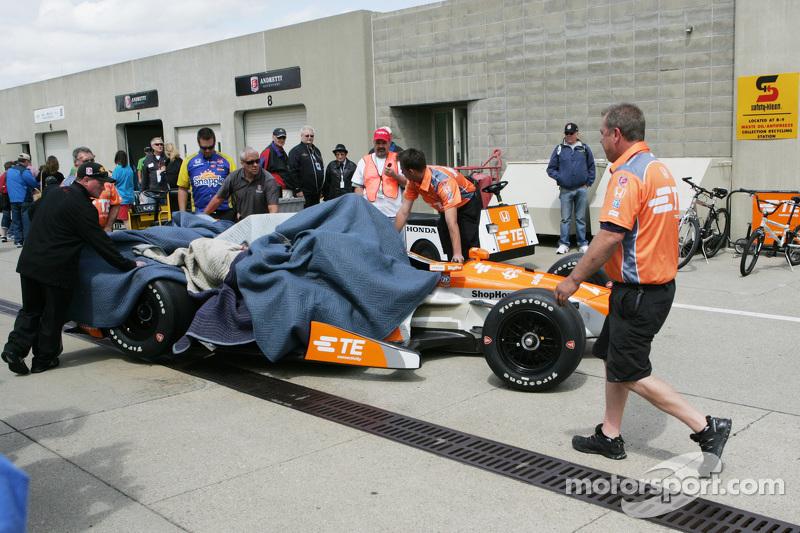 Das Auto von Simona de Silvestro, Andretti Autosport, Honda, wird zurück in den Workshop gebracht
