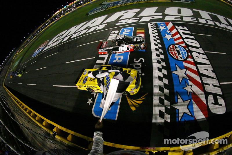 Kasey Kahne, JR Motorsports, Chevrolet, schlägt Erik Jones, Kyle Busch Motorsports, Toyota, im Kampf um den Sieg