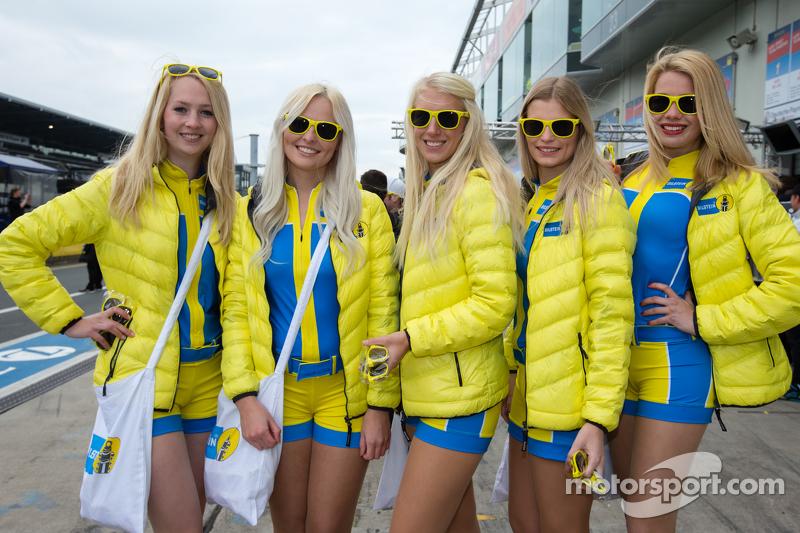 Die bezaubernden Girls von Aston Martin Racing