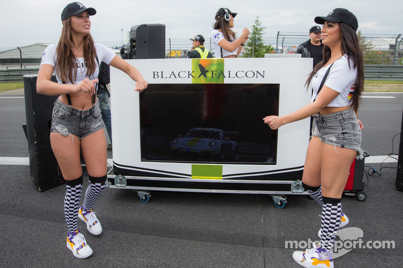 Black Falcon party girls di starting grid