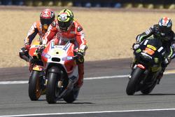 Andrea Iannone, Ducati Team y Marc Marquez, Repsol Honda team, con Bradley Smith, Tech 3 Yamaha
