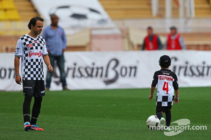 Felipe Massa, Williams, mit seinem Sohn Felipinho Massa beim Fußballspiel für den guten Zweck