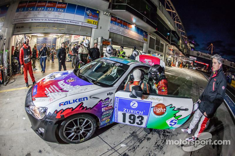Pit stop for #193 Toyota GT86: Olivier Mytjens, Bruno Barbaro