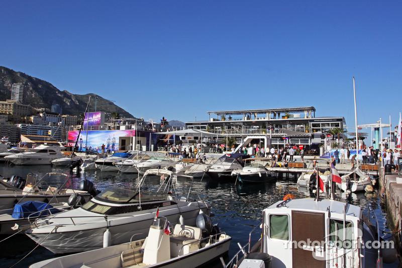 Kapal di Pelabuhan Monako yang indah dan Red Bull Energy Station
