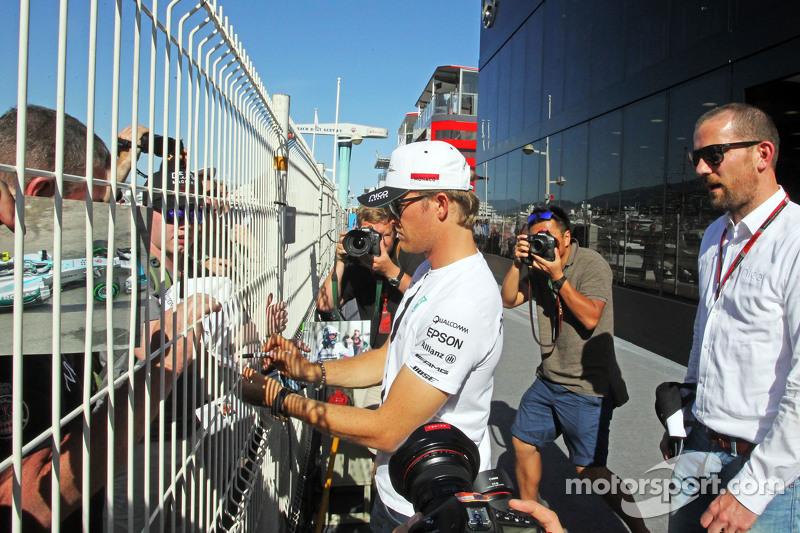 Ніко Росберг, Mercedes AMG F1 роздає автографи фанатам