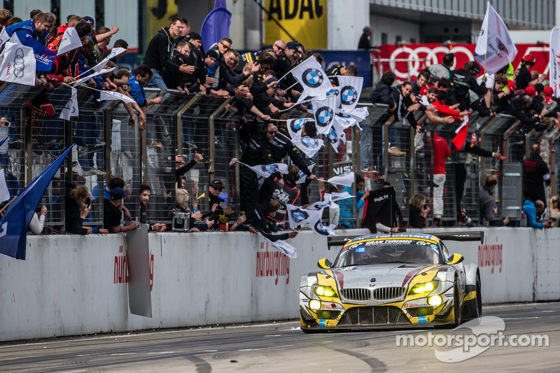 Checkered прапор: #25 Marc VDS Racing BMW Z4 GT3: Максім Мартін, Лукас Лур, Маркус Палттала, Річард