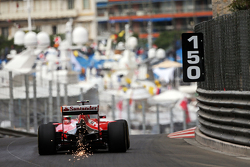 Kimi Raikkonen, Ferrari SF15-T tira faíscas do carro