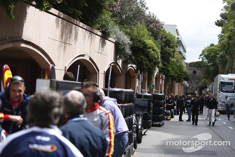 GP2 teams wait for access to pit lane
