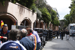 Los equipos de GP2 esperan para el acceso a la calle de boxes