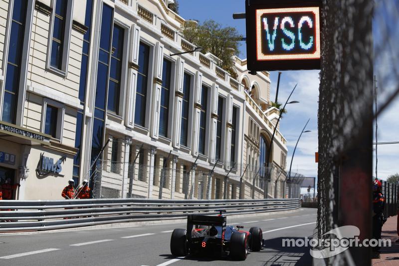 Stoffel Vandoorne, ART Grand Prix, fährt vorbei unter einem Schild 'VSC - Virtual Safety-Car'
