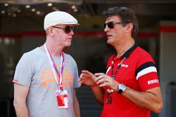 (L to R): Кріс Еванс, диктор з Грем Лоудон, Manor F1 Team Виконавчий директор