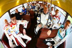 Rijders groepsfotoshoot met een dubbeldekker bus