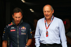 (Von links nach rechts): Christian Horner, Teamchef Red Bull Racing, mit Ron Dennis, McLaren-Chef