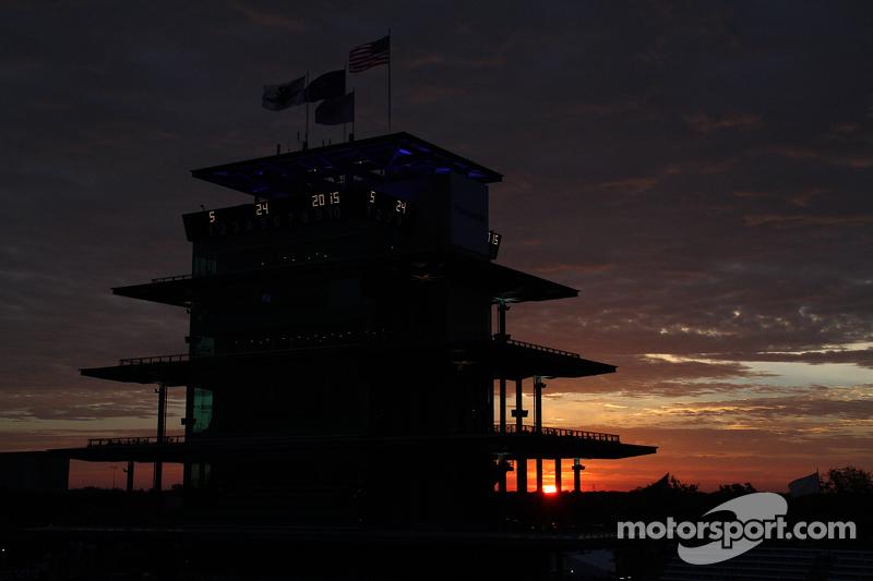 Matahari terbit di Indianapolis Motor Speedway on race day