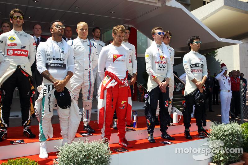 (Kiri ke Kanan): Lewis Hamilton, Mercedes AMG F1; Sebastian Vettel, Ferrari; Daniil Kvyat, Red Bull Racing; dan Sergio Perez, Sahara Force India F1, saat berkumandang lagu kebangsaan