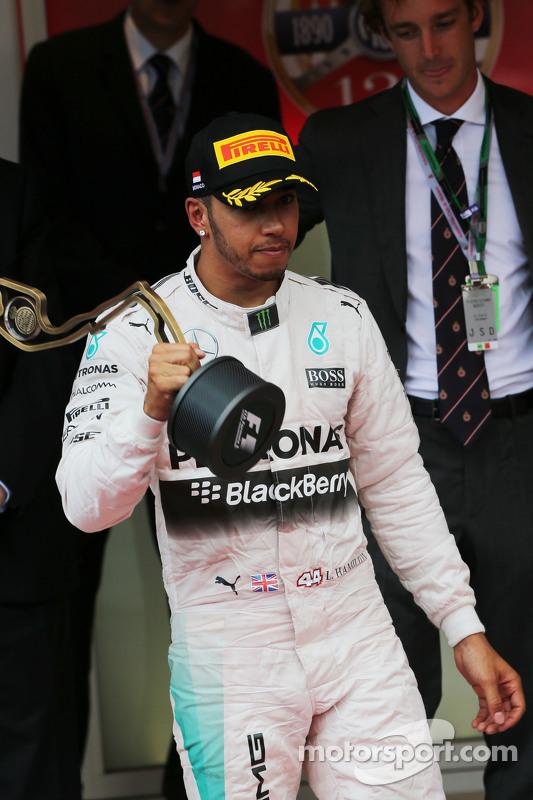 Lewis Hamilton, Mercedes AMG F1, feiert seinen dritten Platz auf dem Podium
