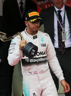 Lewis Hamilton, Mercedes AMG F1 merayakan his third position di podium